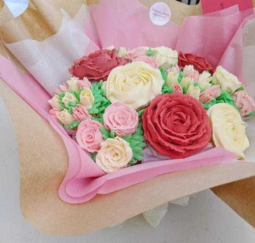 12 Cupcake Bouquet Angled View