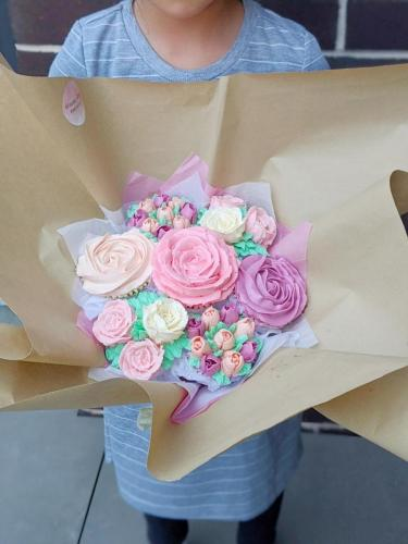 7 Cupcake Bouquet in hand